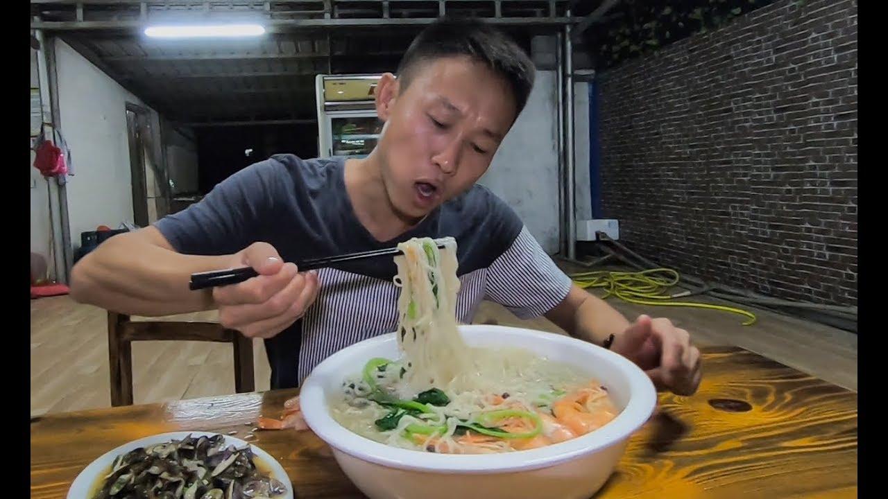 小夥煮泡面放了半盆海鮮,再炒一盤海瓜子下酒,這宵夜太奢侈了