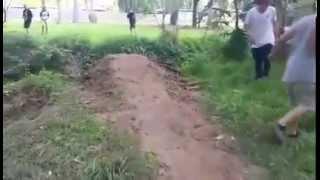Il saute un fossé de plusieurs mètres en scooter 50cc