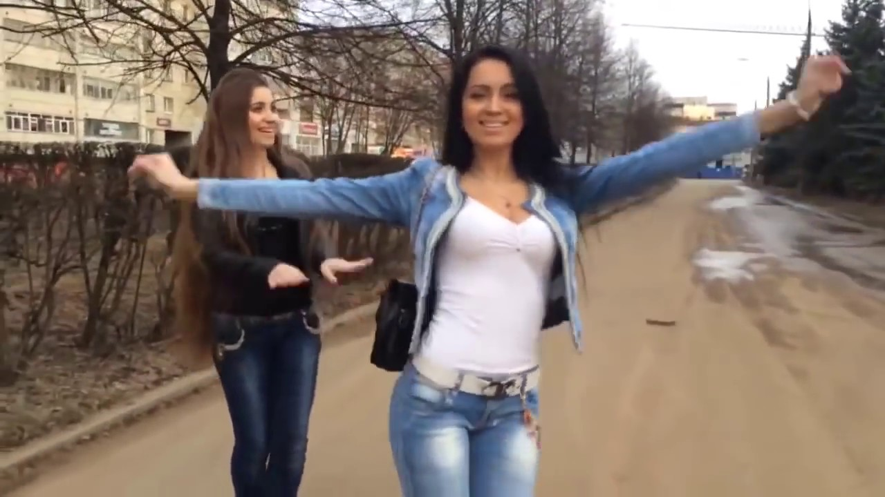 Три девушки танцуют на камеру