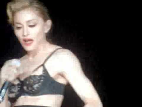 Madonna Roma Konserinde Poposunu Açtı