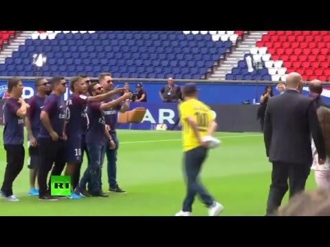 Cérémonie en l'honneur de Neymar au Parc des Princes