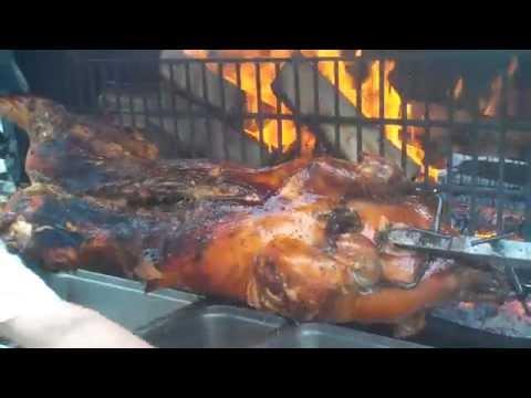 cuisson-d'un-cochon-à-la-broche-de-65kg-au-feu-de-bois,-vidéo-n°2