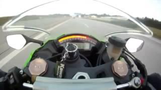 300kmで走るバイクを追い抜く車