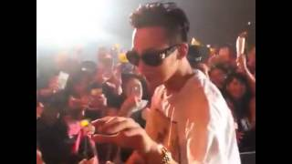 [FANCAM] 150426 G-Dragon takes fan