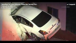Impactante Un auto sale volando y termina incrustrado en la segunda planta de un edificio en Califor
