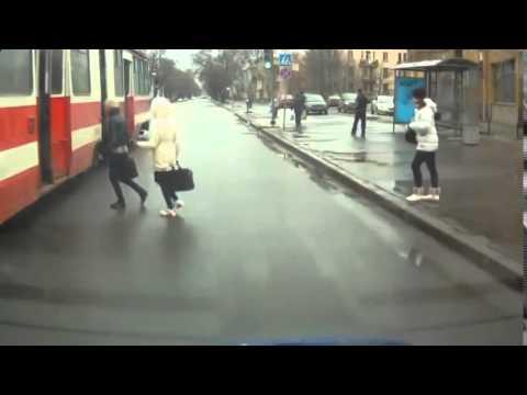Девушка и трамвай