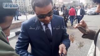 بالفيديو : الشرطة توزع هدايا على المارة في ميدان التحرير