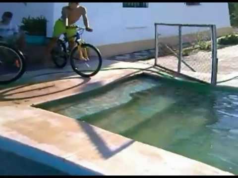 Tirarse a la piscina en bici youtube for Tirarse a la piscina
