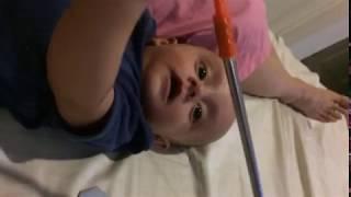 Bebé platica y agarra aire