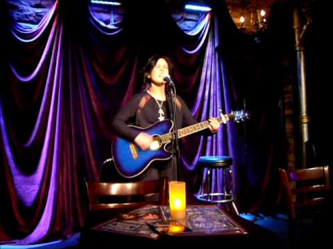 """Erin McAndrew covers """"What's Up"""" by 4 Non-Blondes"""
