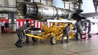 千歳基地航空祭2016年 F-15戦闘機のエンジン取り付け作業展示