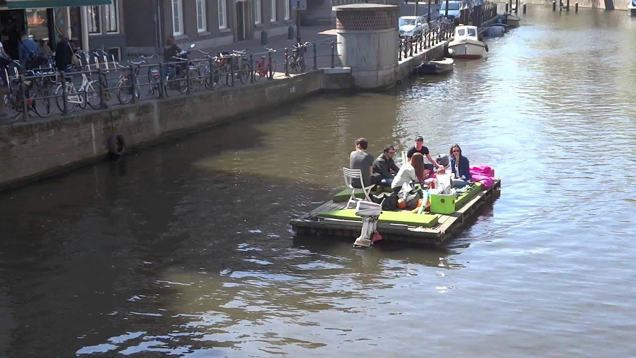 Op Een Vlot Door De Grachten Van Amsterdam