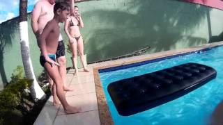 Uncle and fail on the pool/video cassetada na piscina