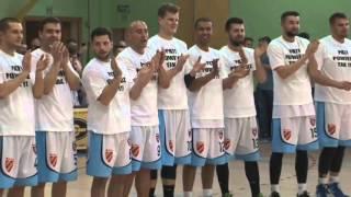 Oświadczyny przed meczem I ligi koszykówki