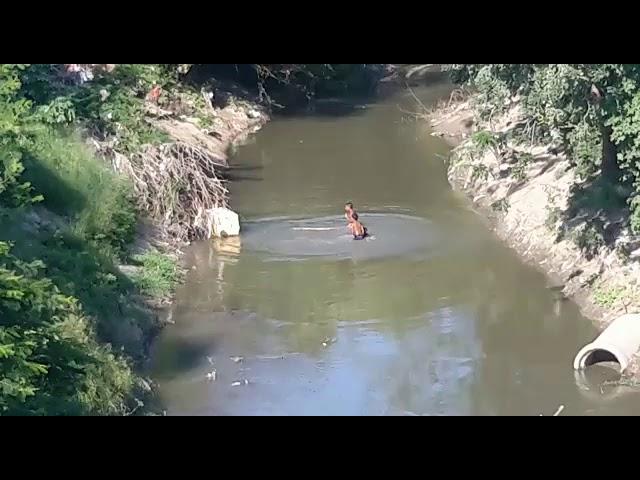 Se bañan en río Manzanares y juegan con las neveras que arrojan ciudadanos