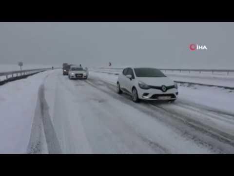 Kars'ta Kar ve Tipiden Araçlar Yolda Mahsur Kaldı