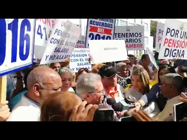 Marcha de los médicos al Palacio Nacional sacude al sector salud.