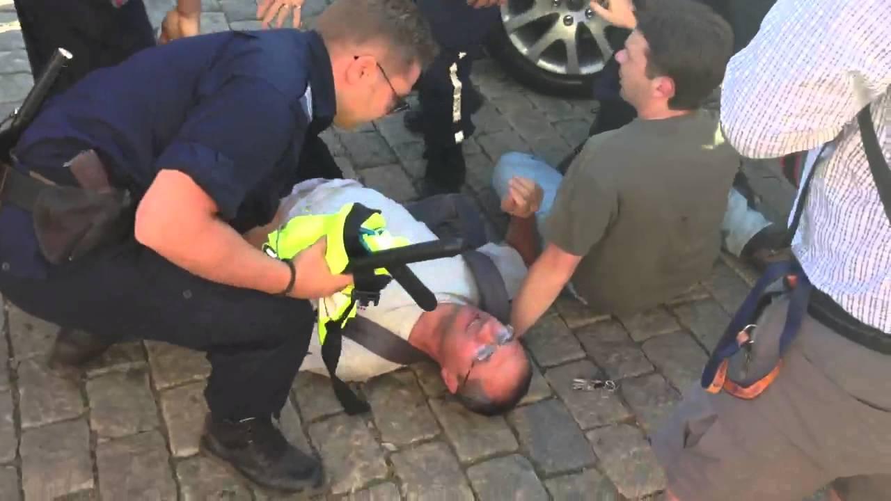 Полицията прилага груба сила срещу протестиращите