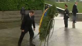 Януковича ударил венок(Во время возложения венков президентами Украины и России Виктором Януковичем и Дмитрием Медведевым к памя..., 2010-05-17T16:22:17.000Z)