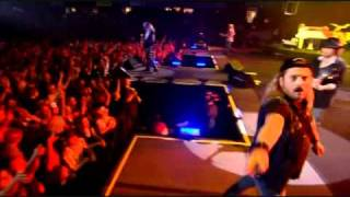 an awesome video of lynyrd skynyrd's free bird live at freedom hall...