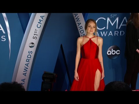 Underwood rules stage and carpet at CMAs