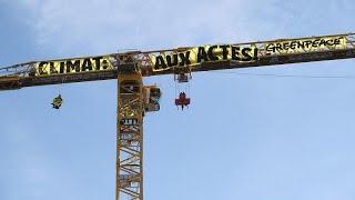 Greenpeace-Aktivisten klettern auf Kran der Notre-Dame-Baustelle