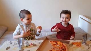 حمزة و اناس ياكلون البيتزا