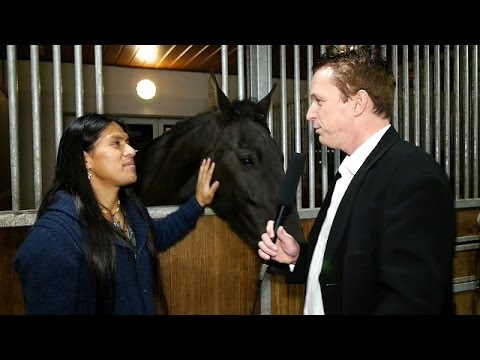 Leo Rojas geht mit Pferd auf Tuchfühlung