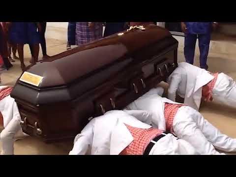 Похороны в африке все танцы с гробом на плечах история мема, фул