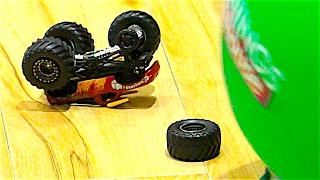 Механик прикручивает колеса к игрушечной машинке