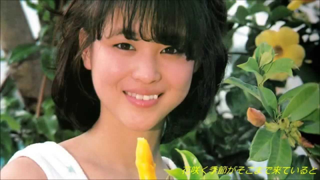 緑に囲まれてにっこりと笑顔を見せる松田聖子