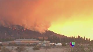 Vientos de Santa Ana refuerzan incendios en California -- Noticiero Univisión