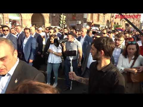 Նիկոլ Փաշինյանը երթով քայլում է Հանրապետության հրապարակ