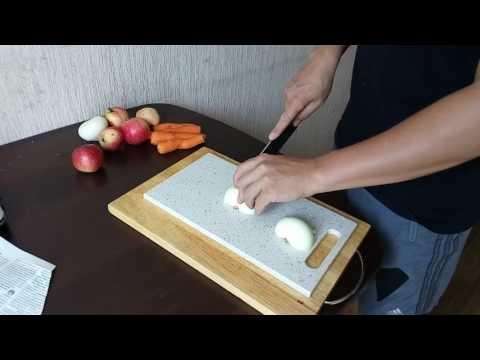 Кухонный нож и разделочная доска из акрилового камня.