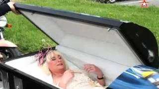 Шок по-английски: невеста прибыла на свадьбу в катафалке