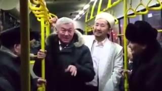 Аким Сапарбаев проехал в городском автобусе в Актобе(В социальных сетях появилось видео с акимом Актюбинской области Бердибеком Сапарбаевым, который совершает..., 2015-12-04T08:14:30.000Z)