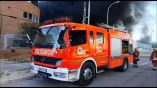Impresionante incendio en Valencia ( polígono fuente del jarro)