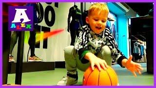 Игрушки для детей Покупаем Игрушки Шоппинг купили мяч Играем мячиком в Баскетбол Первая тренировка