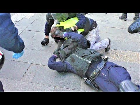 Interpellation d'un Gilet jaune : 2 CRS tombent à terre - Champs-Élysées - Acte 18 -  16 mars 2019