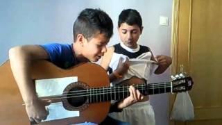 niños cantando por el culto unos mostros!!