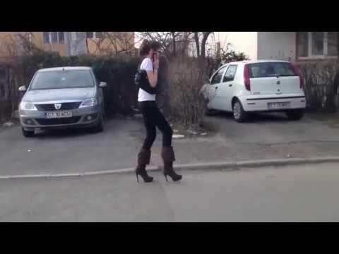Dziewczyna nie potrafi chodzić na szpilkach .
