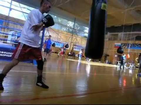 Саитов Oleg разрывает мешок ударами Oleg Saitov Breaks Bag Blows