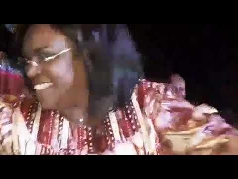 Regardez Mareme Faye Sall danser le mbarass