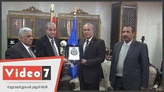 محافظ السويس يهدي وزير التموين درع المحافظة