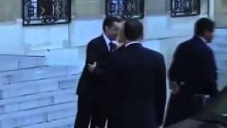 ساركوزي و كلينتون .. أحضان و قبلات و ضرب على المؤخرة.