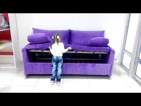 Маша раскладывает диван двухъярусная кровать, или как его называют диван трансформер.