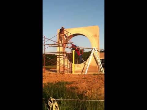 """Sculptor Matt Weir cutting large concentric circles in """"Earth Measure"""""""