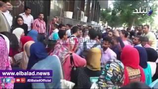 عشرات من طلاب «التمريض» ينظمون وقفة احتجاجية أمام التعليم العالي .. فيديو وصور