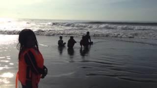 Budak Konyel di Pantai Ombak