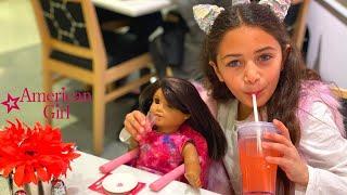 Heidi e mãe brincam em um girls center com uma enorme boneca